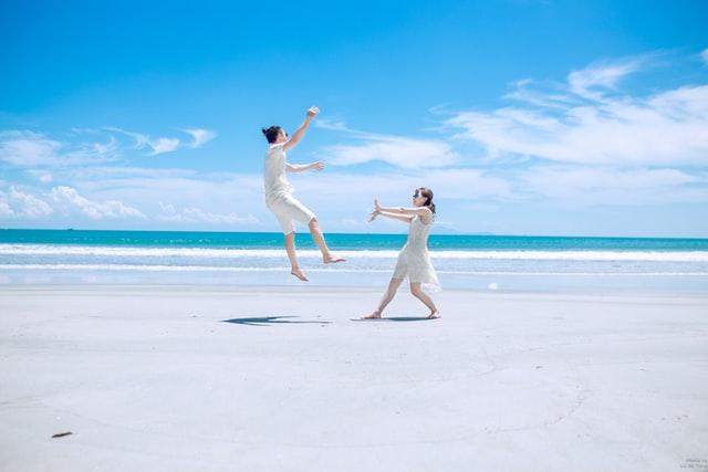 ビーチにいるカップル