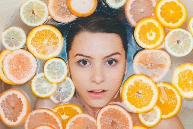 オレンジとレモンに囲まれた顔
