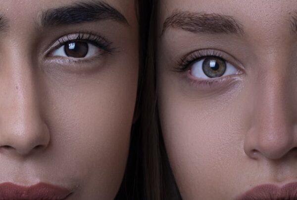 二人の女性の顔